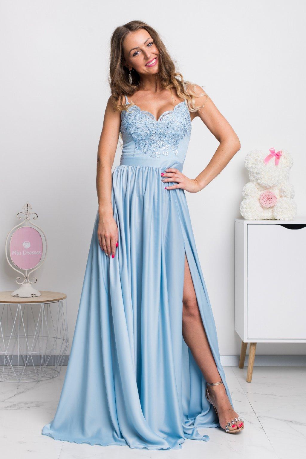 Svetlomodré spoločenské šaty s flitrami a saténovou sukňou