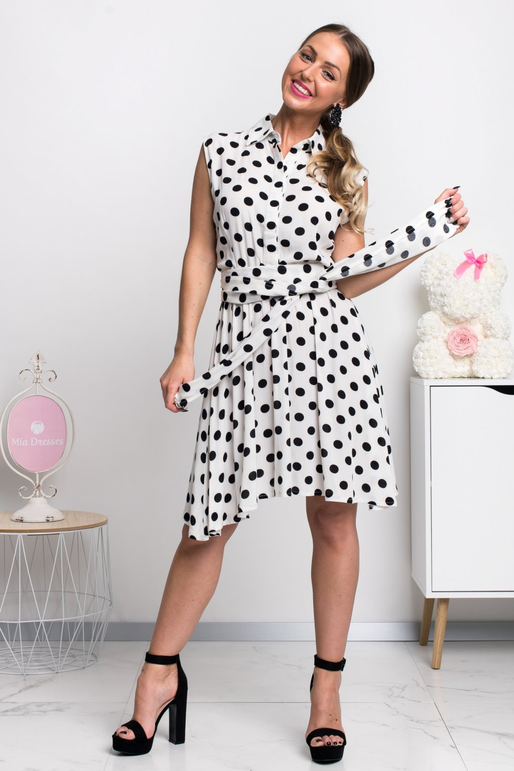 Bielo-čierne bodkované krátke šaty