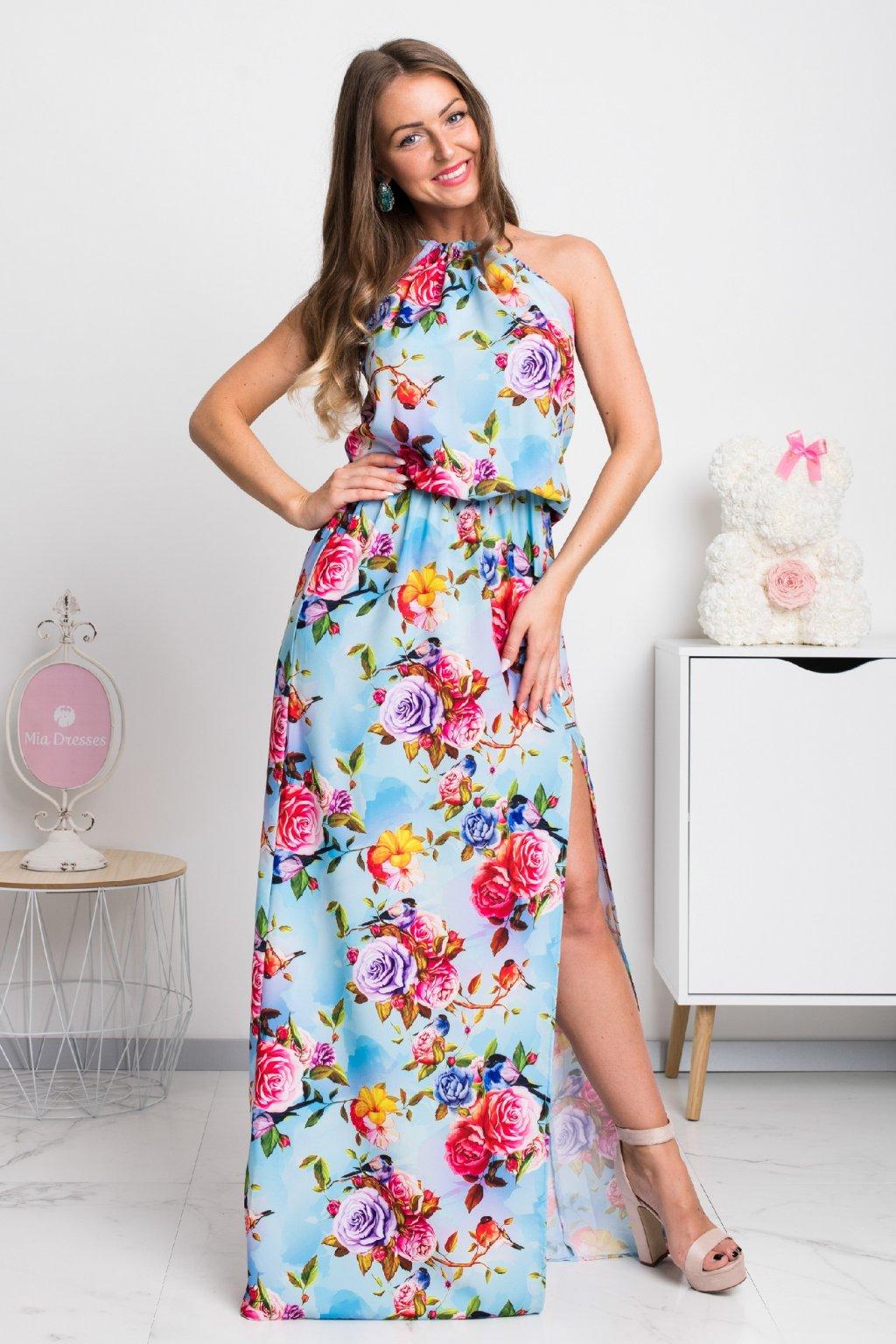 Svetlomodré kvetinové šaty s rozparkom
