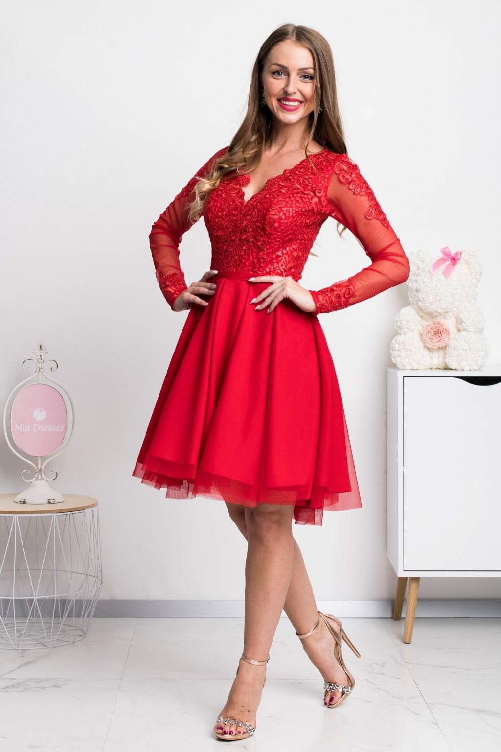 Červené krátke šaty s tylovou sukňou a rukávmi