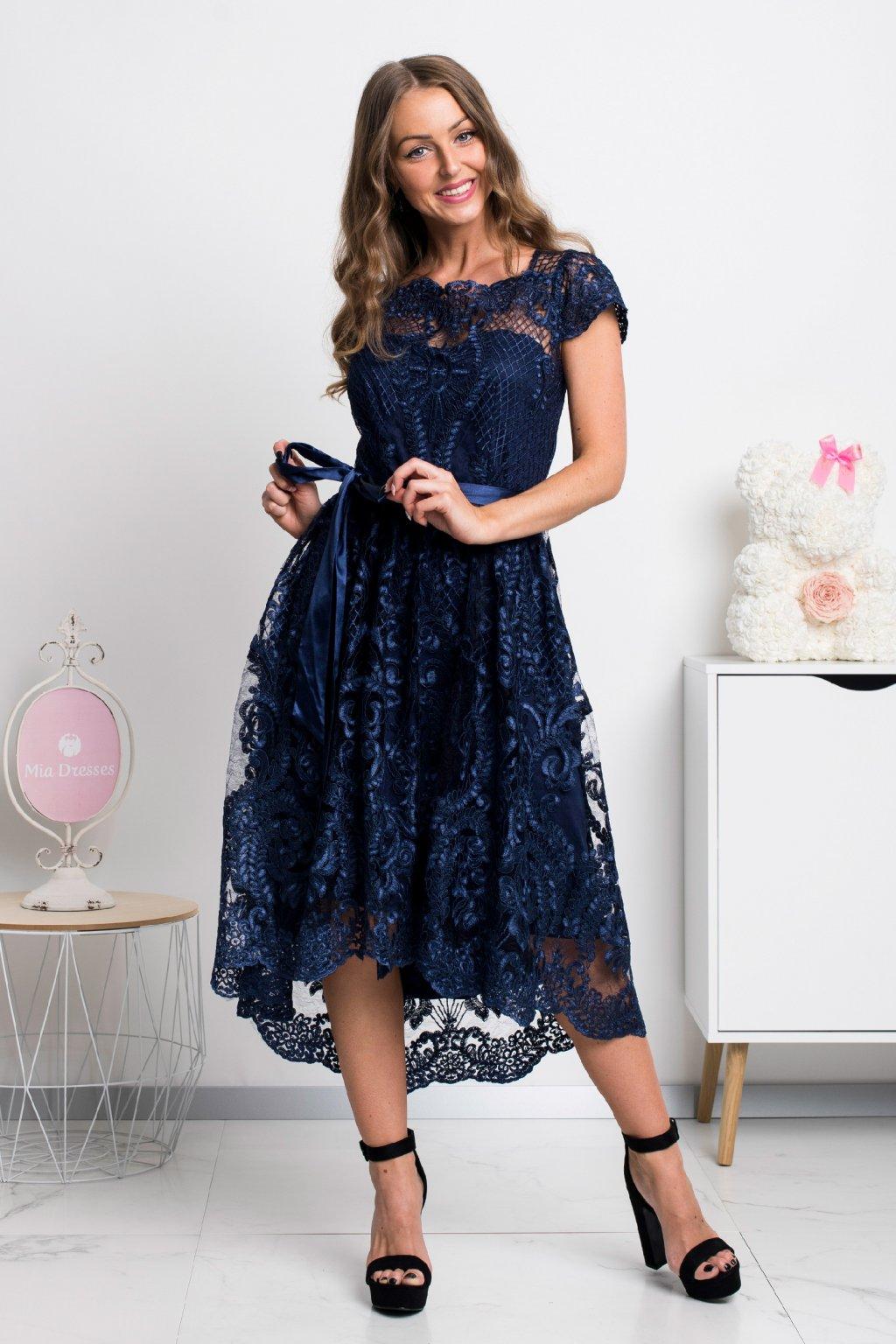 Tmavomodré krátke krajkované šaty