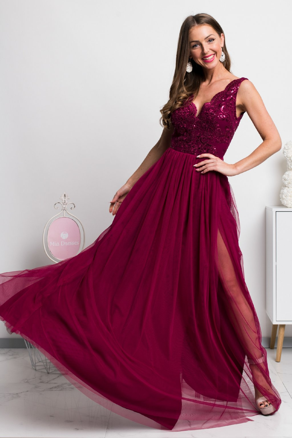 Bordové spoločenské šaty s tylovou sukňou a rozparkom