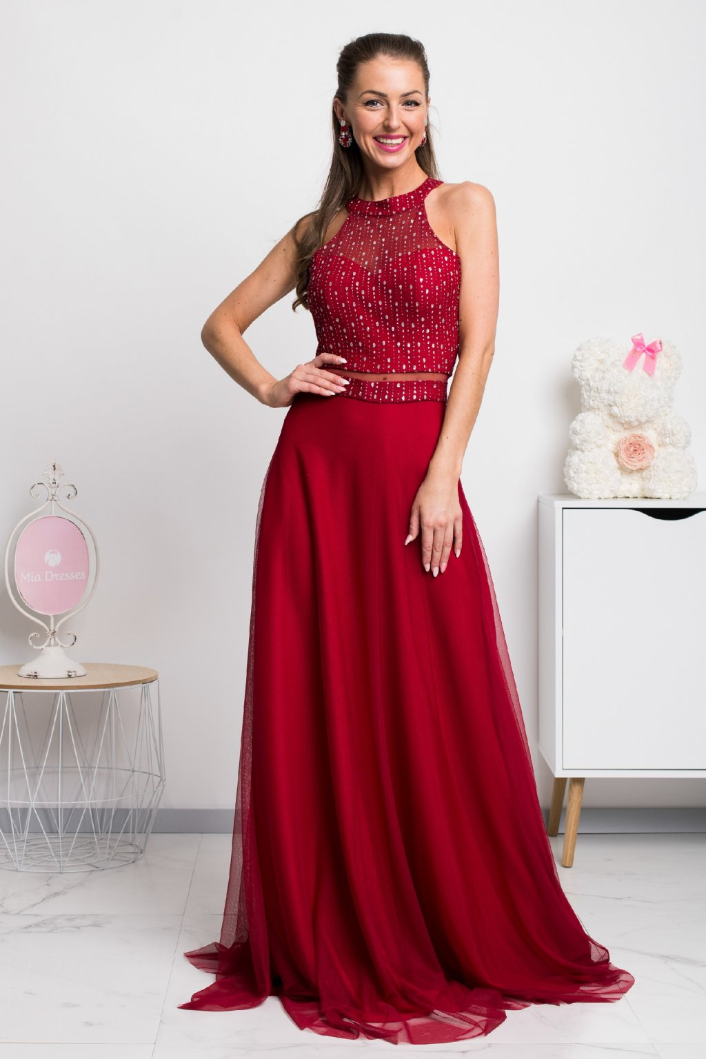Červené spoločenské tylové šaty so strieborným zdobením