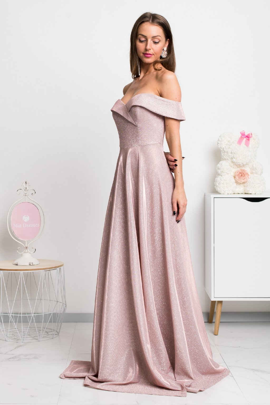 Ružové spoločenské šaty spustené na ramená