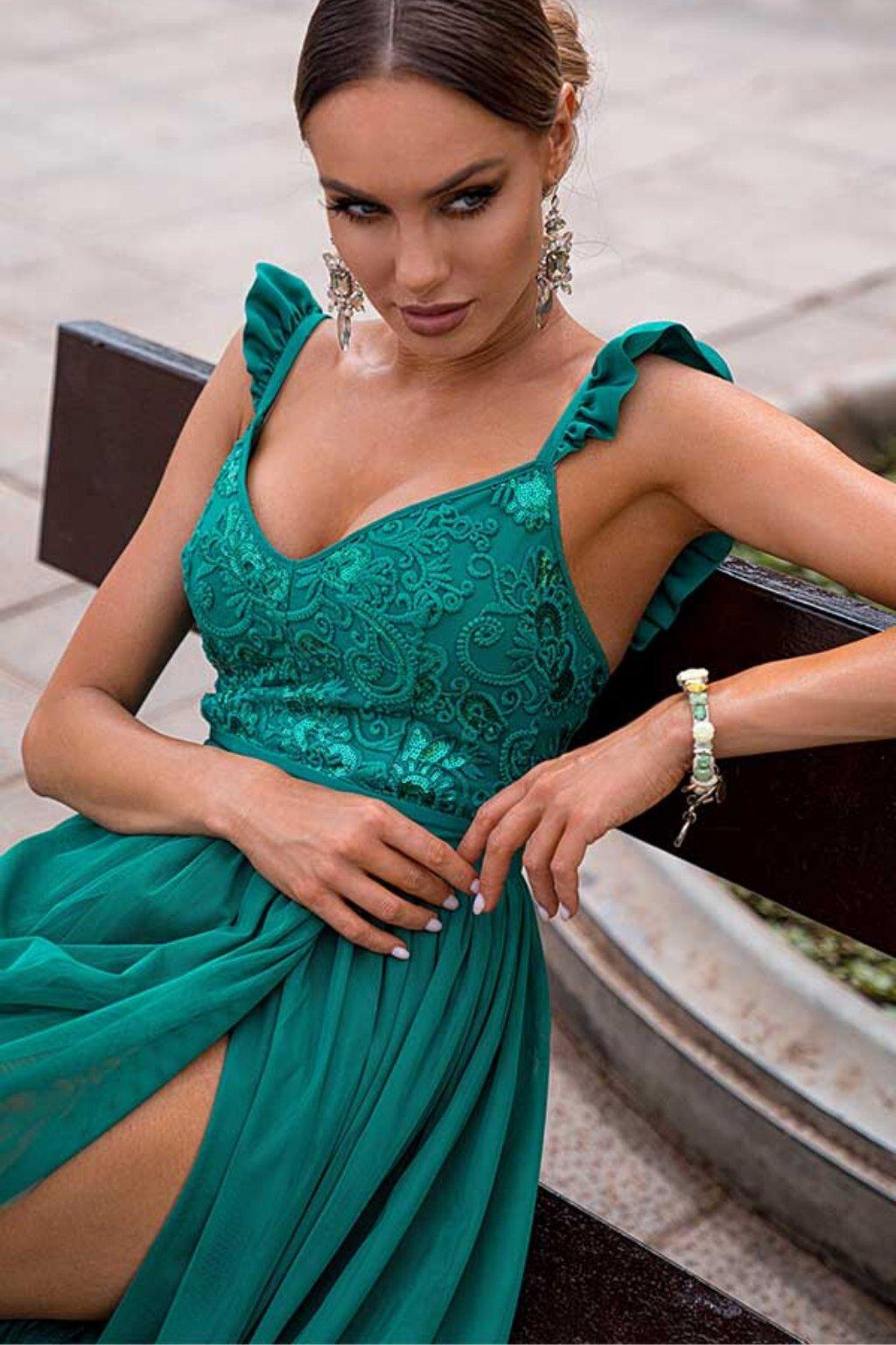 Smaragdové spoločenské šaty s volánikmi a odhaleným chrbtom