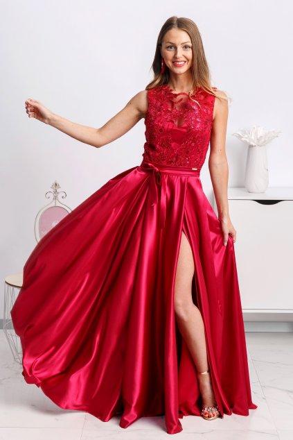 Tmavočervené spoločenské šaty so saténovou sukňou a rozparkom