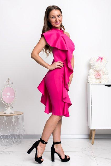 Cyklaménové priliehavé šaty s volánmi