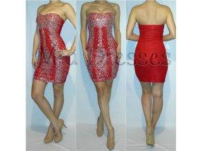 Červené čipkované šaty zdobené kamienkami