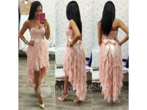 Púdrové asymetrické šaty so stuhou