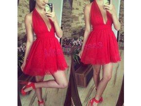 Červené spoločenské šaty s hlbokým výstrihom