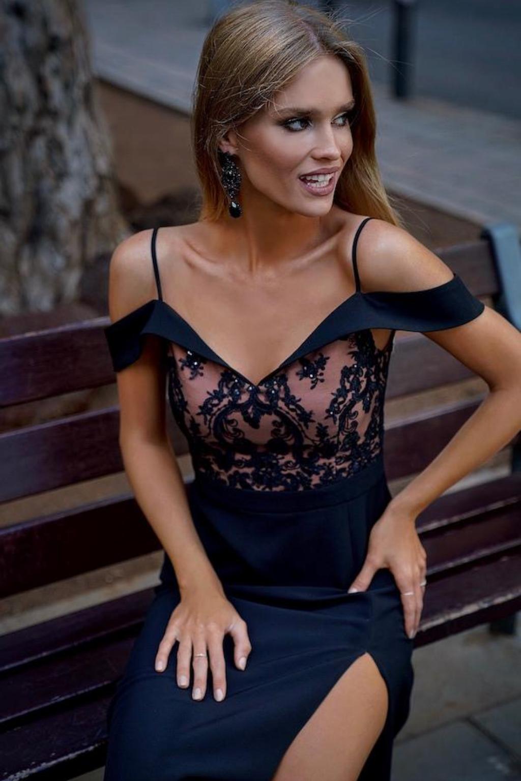 Čierne spoločenské šaty s krajkou spustené na ramená Veľkosť: XS
