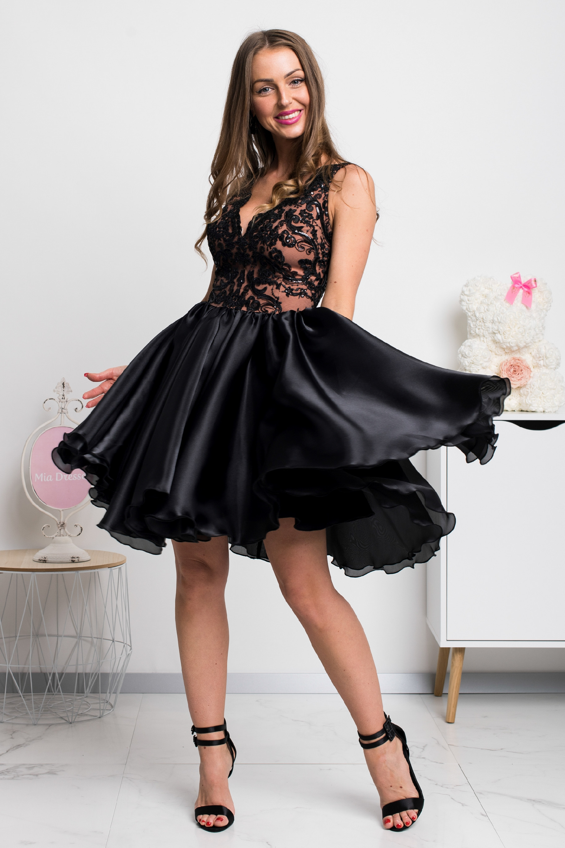 Čierne krátke spoločenské šaty so saténovou sukňou Veľkosť: XS