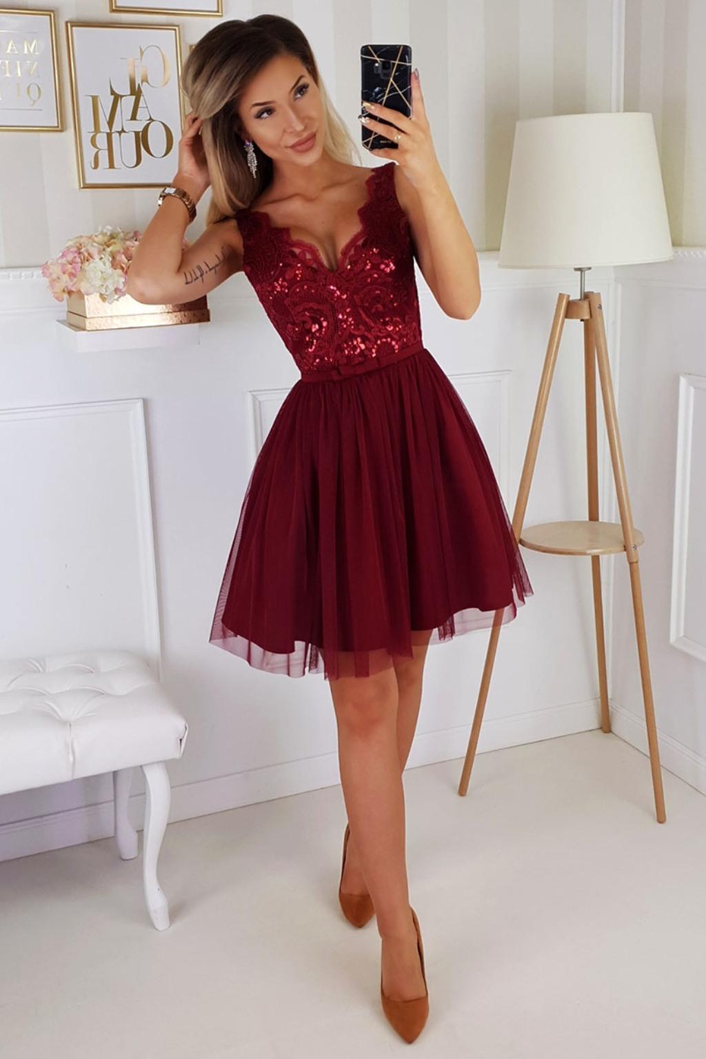 Bordové krátke spoločenské šaty s krajkou Veľkosť: L