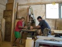 ze špalků vyřezáváme to nejzajímavější jádrové dřevo.