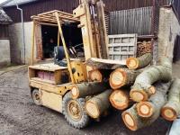 nakládání dřeva na pile