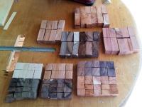 Nařezané kousky připraveny na lepení, vrtání a soustružení.
