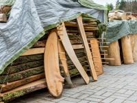 Holz aus Baumstämmen, die in Bretter geschnitten und getrocknet werden