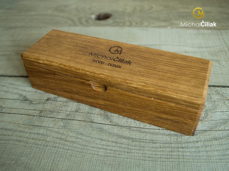 Jede Box hat auf der Außenseite des Deckels ein eingraviertes Logo Michal Čiliak - WOOD DESIGN