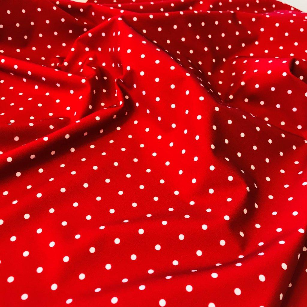 puntík bílý na červené 748007 (vyberte materiál zimní softshell elastický (šíře 150cm) 280g  10000/10000)