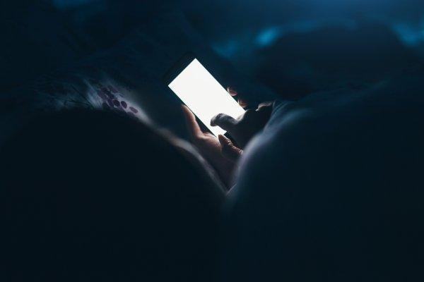 Modré svetlo na mobile - zabijak spánku