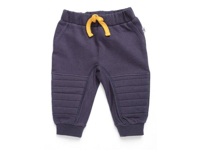 <p>Dětské tepláky s polstrovanými nohavicemi a pružným pasem s oranžovou tkaničkou na stahování. Do setu s mikinou.</p>