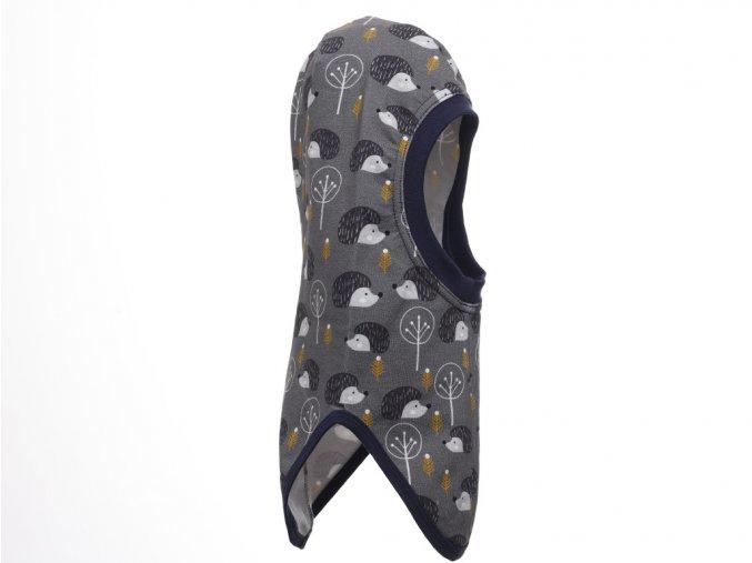 Dětská zimní kukla s dlouhým obloukovým lemem pro zakrytí výstřihu. Barevný potisk (světle a tmavě šedá s hořčičně žlutou a bílou). Použití kukly pod helmu nebo čepici.