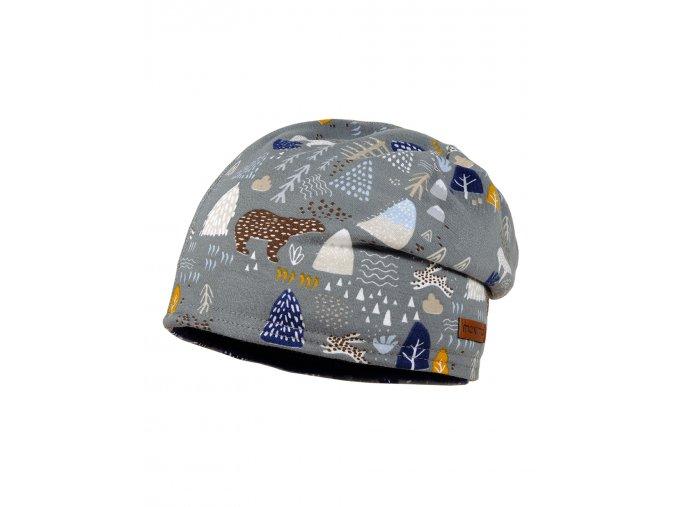 Zimní dětská čepice tvaru beanie s fleecovou podšívkou. Barevný potisk na motivy zimní přírody (medvědi, stromy, hory)