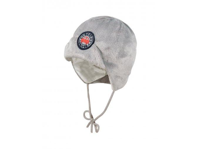 """Dětská zimní beranice z šedého kožíšku a s bavlněnou podšívkou. Pružný lem v zátylku pro lepší ochranu a pohodlí. Zavazování na šňůrku. Logo s výšivkou červeného auta a nápisem """"Nejlepší řidič""""."""