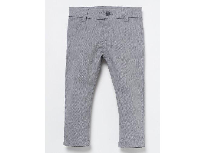 Sváteční kalhoty z bavlny v keprové vazbě se dvěma kapsami v předu i vzadu, klasické zapínání poklopce na zip a knoflík a s poutky v pase pro stejnobarevný či kontrastní pásek. Kalhoty ve světle šedivé barvě s lehce béžovým podkladem, na kterém keprová skladba krásně vyniká a jsou velmi příjemné na dotek. Regular fit.