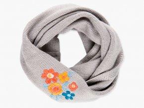 Dívčí šála typu tunel z jemného a měkkého úpletu šedivé barvy a s kontrastní nášivkou barevných květů.