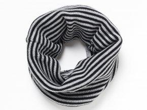 Oboustranný dětský nákrčník. Jedna strana je z jemného pružného pleteniny s černo-šedými pruhy. Druhá strana je ze 100% bavlny a s potiskem netopýra a jemných černých proužků.