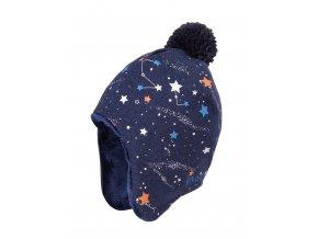Dětská zimní čepice ušanka, jemně pletená s motivy vesmíru, a s příjemnou fleecovou podšívkou. Delší strany přes uši bez zavazování. Praktická jmenovka. Barevná kombinace námořní modré, bílé, oranžové a královské modré.