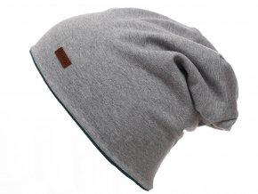 Dětská oboustranná zateplená čepice. Jedna strana z tmavě zelené bavlny, druhá strana z jemného šedého fleecu. Lem lze ohrnout pro kontrast barev s podšívkou.
