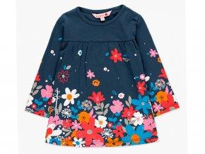 <p>Krátké bavlněné dívčí šaty s dlouhým rukávem. Tmavě modrý základ s kvalitním kontrastním potiskem barevných květů, jakoby se sypaly do rukávů a k nohám květinové víle.</p>