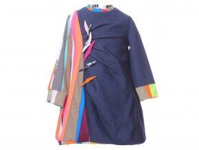 <p>Prudce designové dívčí šaty s dlouhým rukávem a délkou nad kolena. Artový design, každý kus je originál barevné kompozice v lemovaní.</p>