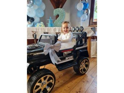 černý jeep