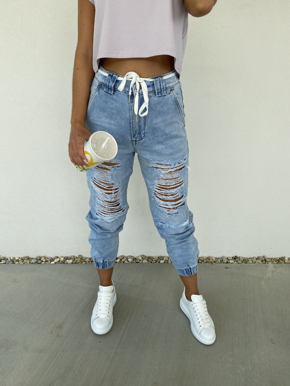 Trhané sportovné džíny