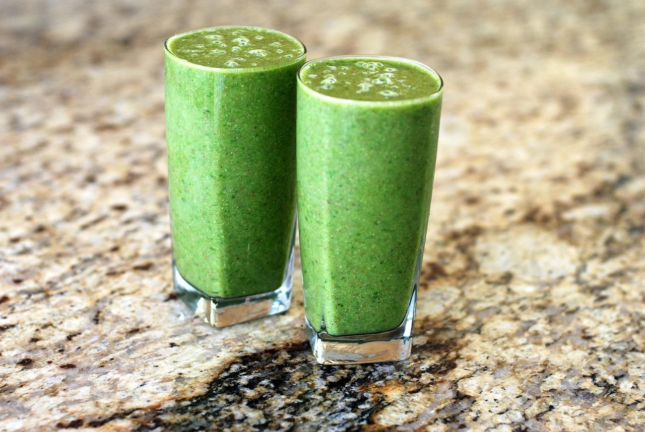 Zelené banánové smoothie s rostlinným proteinem