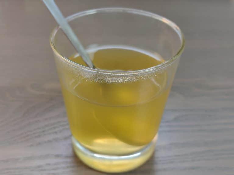 Samahan-Tee-in-heißem-Wasser-aufgelöst-768x576
