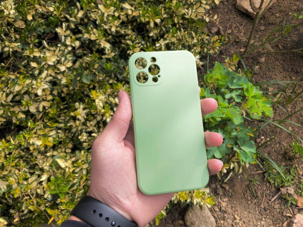 Zelený silikonový obal na iPhone 12 Pro s ochranou čoček a výstelkou