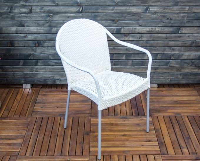 Bílé židle technoratan do restaurace LYON