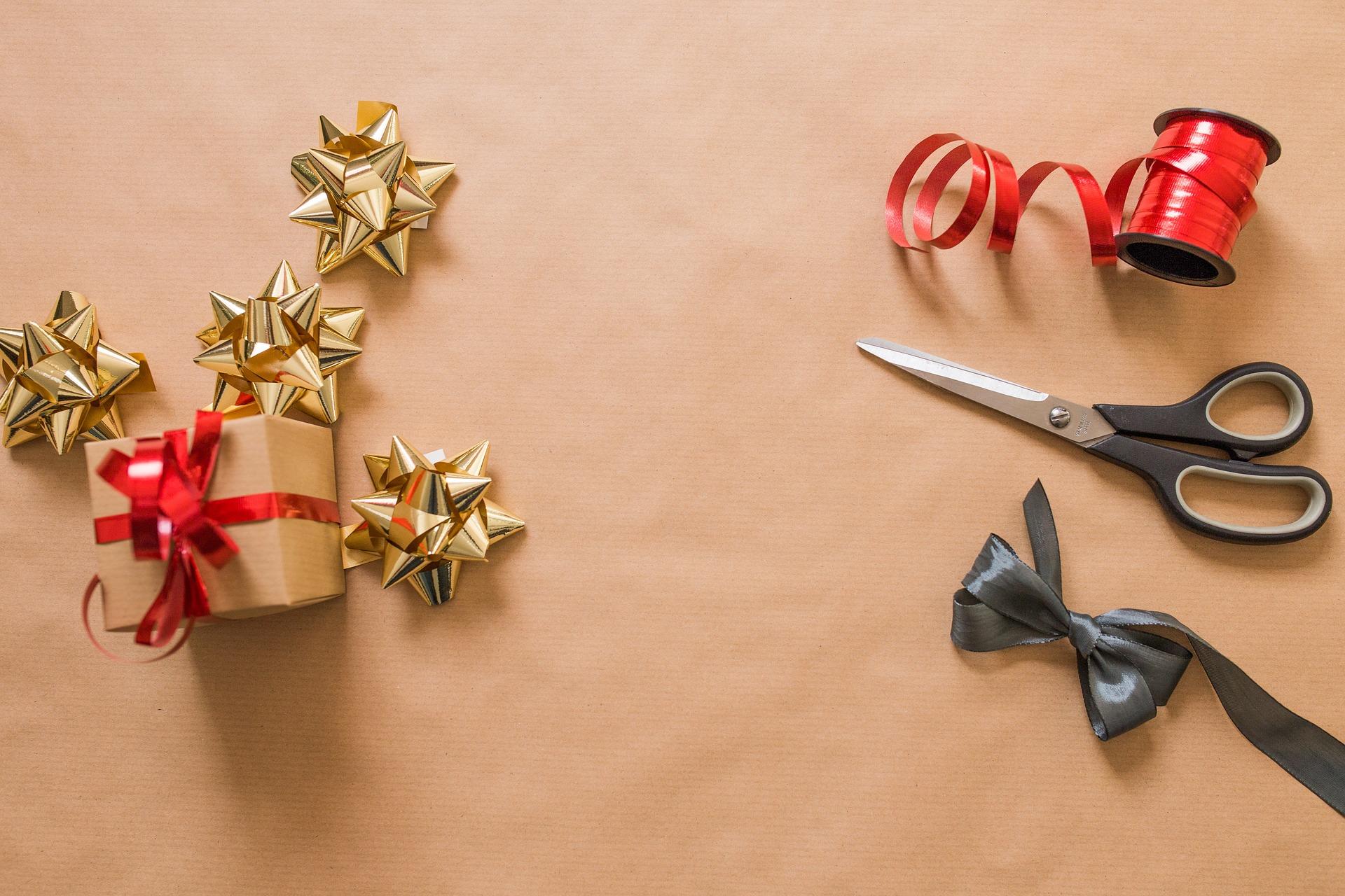 Balení praktických dárků: Jak zabalit hrnek a láhev vína?