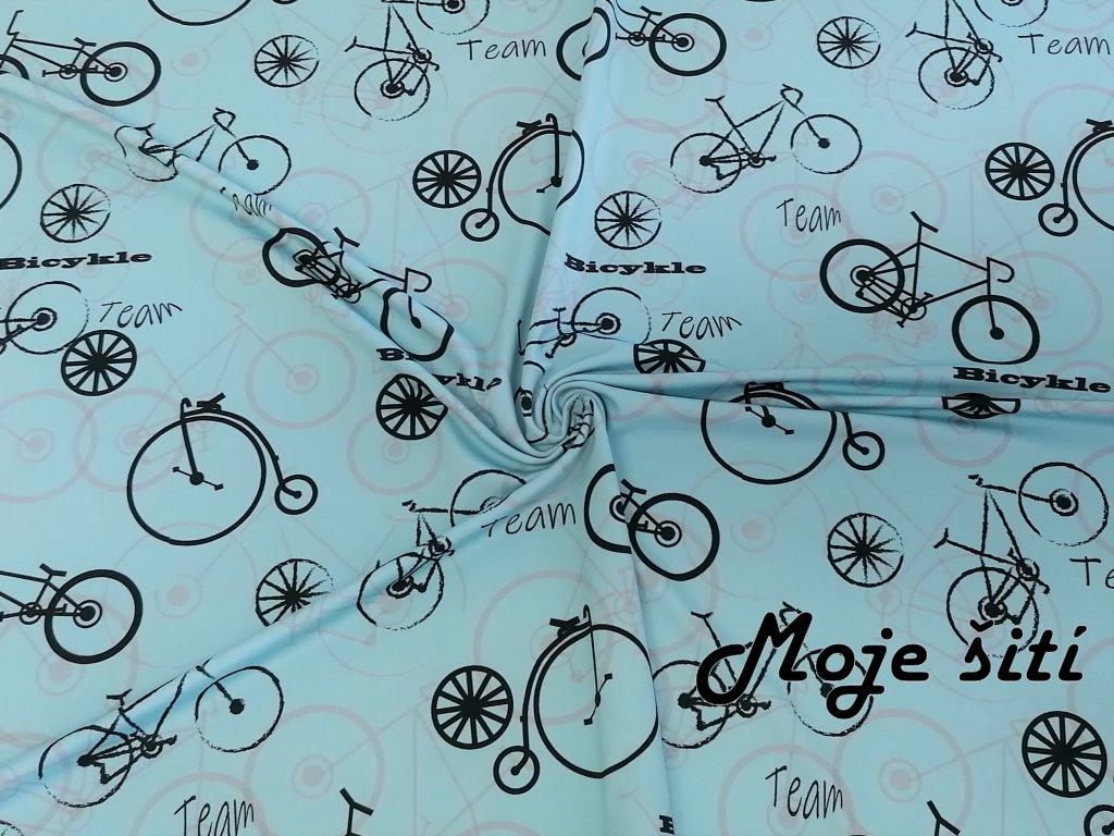 Bicykly na světle modré