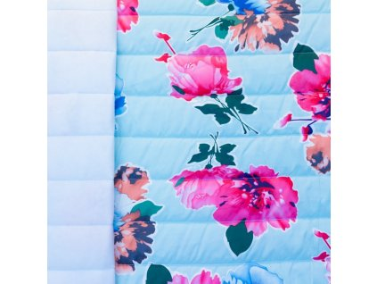 květy na světle modré