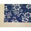 Bílé květiny na tmavě modré