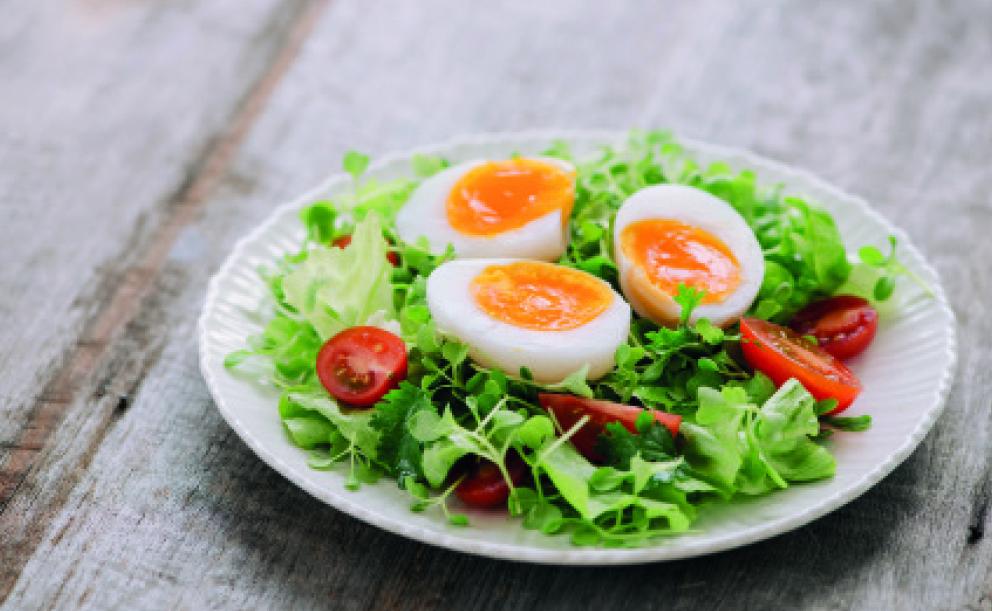 Recept: lehký salát s řeřichou, vejcem a mozzarelkami