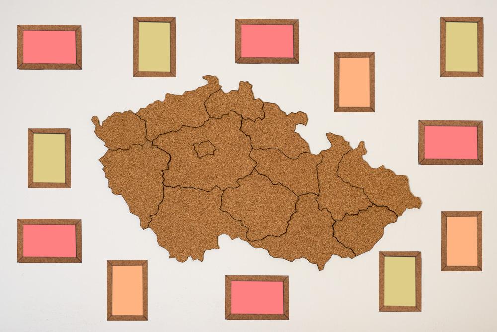 Samolepicí korková mapa Moje Česko Doplňky: Mapa Česka s 30ks korkových fotorámečků