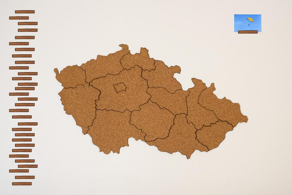 Samolepicí korková mapa Moje Česko Doplňky: Mapa Česka s 30ks korkových obdélníčků pro popis fotek