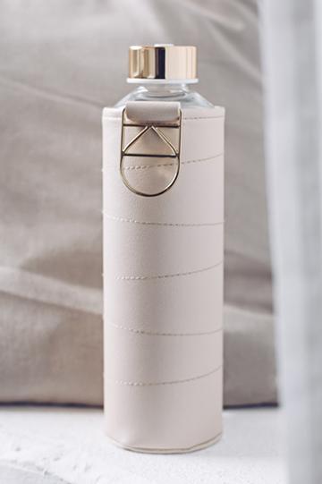 Skleněné lahve s obalem z umělé kůže