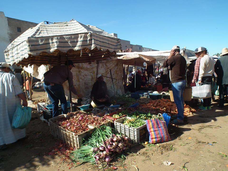 Tradiční vesnický trh v Maroku
